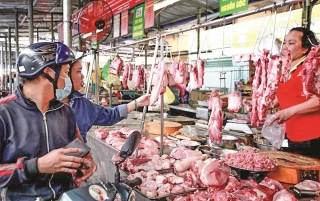 """Thịt lợn vẫn """"neo"""" ở giá cao"""