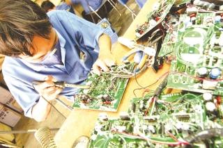 Hàng điện tử điện máy - bức tranh tương phản