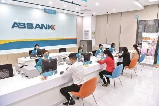 Ngân hàng tiếp tục giảm phí hỗ trợ khách hàng