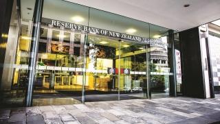 Nhiều ngân hàng trung ương trì hoãn thắt chặt chính sách