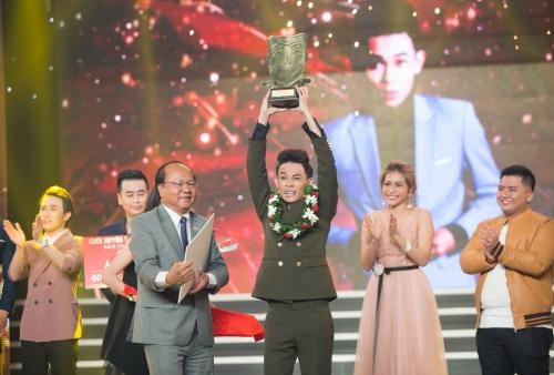 Hồng Thanh trở thành Quán quân Cười Xuyên Việt 2017 bảng Tài năng