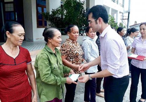 NHCSXH thăm hỏi, tặng quà người dân tỉnh Quảng Bình sau bão số 10