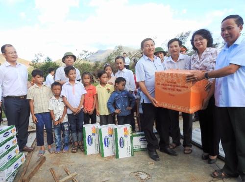 Vinamilk tặng sữa cho trẻ em vùng lũ tại Hà Tĩnh và Quảng Bình