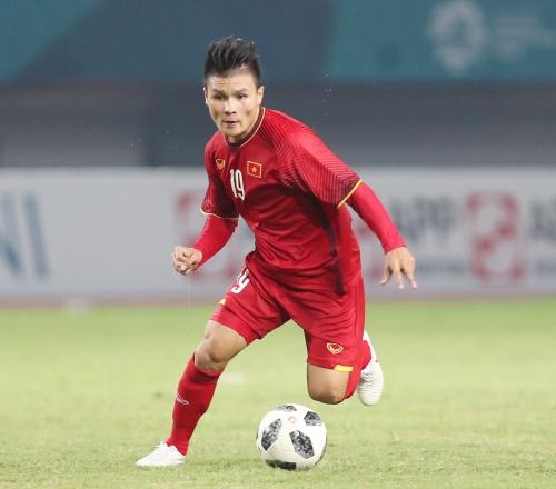 Cầu thủ Quang Hải cùng SHB đón Cúp Ngoại hạng Anh và Cúp Liên đoàn Anh