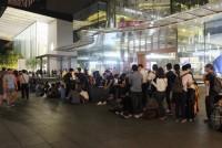 Dân buôn Việt thuê người xếp hàng mua iPhone mới