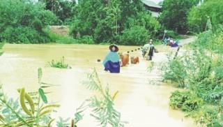 Mưa bão gây nhiều thiệt hại cho miền Trung