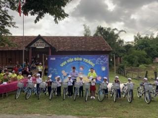 ACB tổ chức vui hội trăng rằm cho trẻ em có hoàn cảnh khó khăn