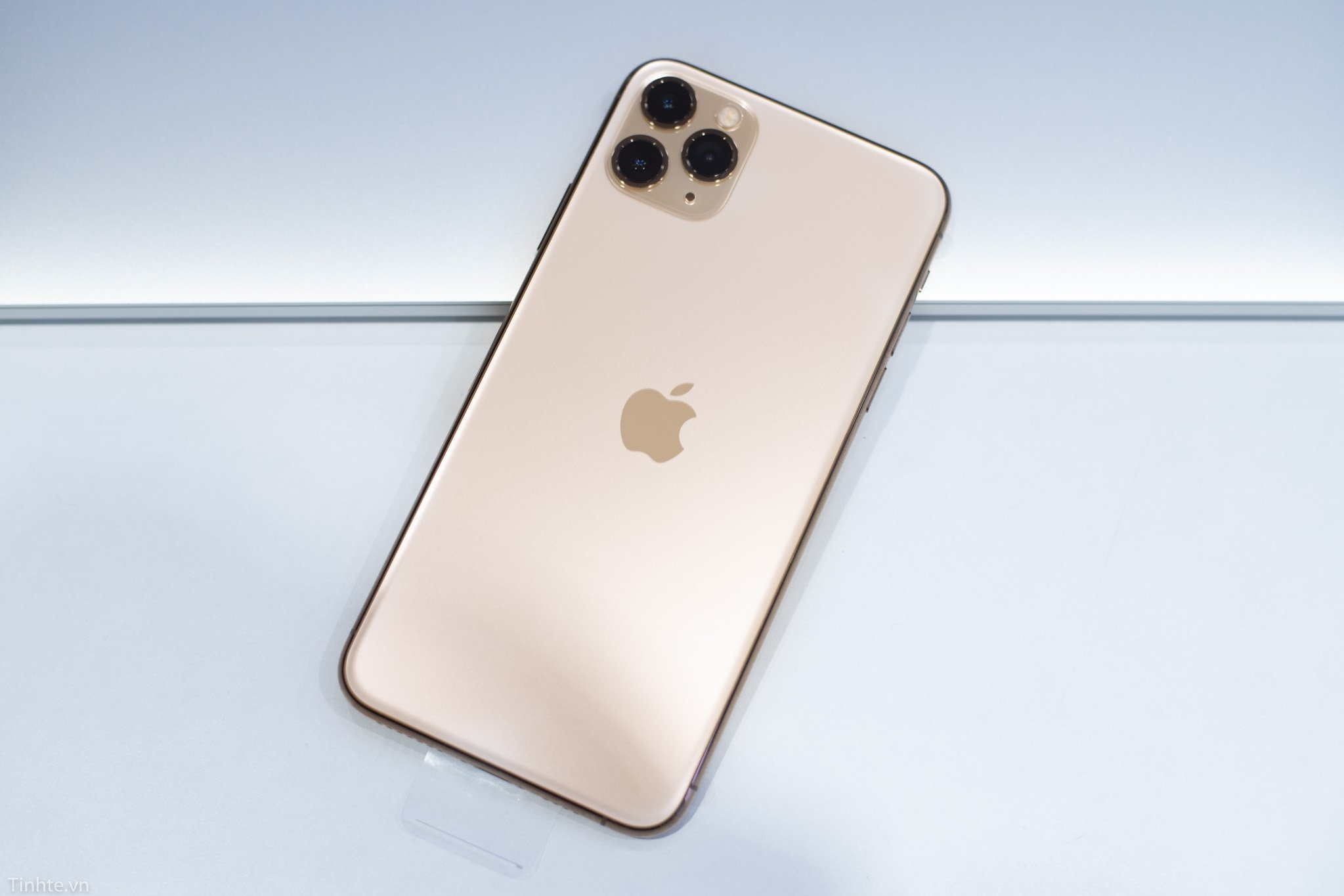 thay lưng iphone 11 pro max