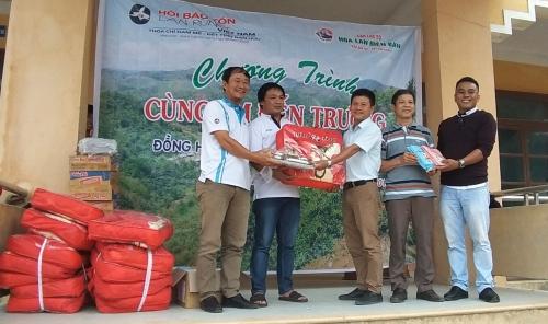 Hơn 200 học sinh được nhận quà khuyến học