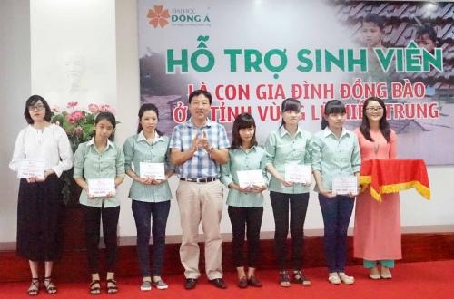 Hỗ trợ sinh viên vùng lũ miền Trung