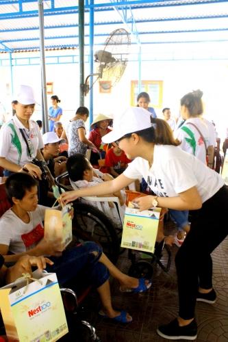 Tặng quà cho trẻ em nghèo trong mùa Trung thu