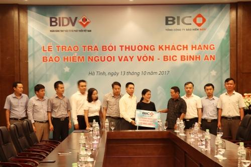BIC chi trả hơn 800 triệu đồng tiền bảo hiểm cho khách hàng tại Hà Tĩnh