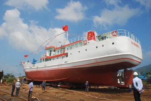 """Cận cảnh hạ thủy tàu """"67"""" lớn nhất miền Trung"""