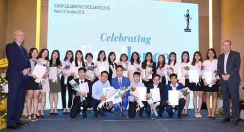 54 học viên Việt Nam đầu tiên nhận chứng chỉ CFAB
