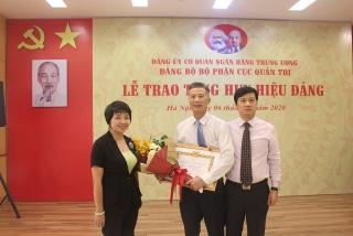 Trao tặng Huy hiệu 30 năm tuổi Đảng cho đảng viên Cục Quản trị