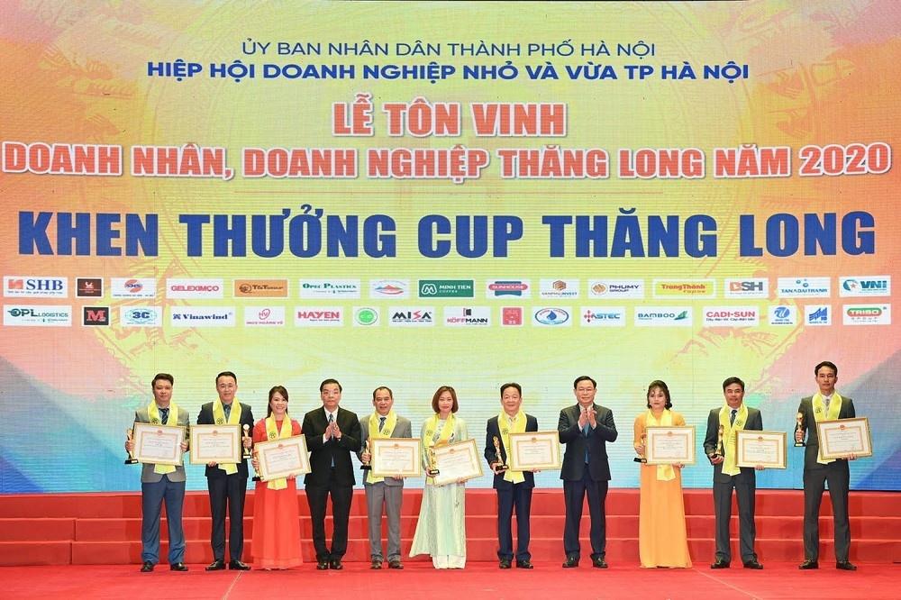 doanh nhan do quang hien duoc trao tang huan chuong lao dong hang nhat