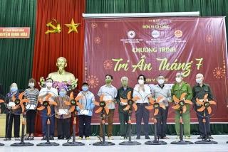 Trao tặng 300 suất quà cho các gia đình chính sách tại Thái Nguyên