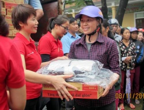 Ấm áp những món quà Techcombank gửi tới bà con vùng lũ Hà Tĩnh