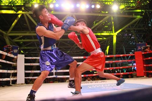 Khán giả mãn nhãn với sàn đấu boxing lần đầu tiên được tổ chức ngoài trời