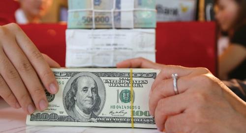Tỷ giá trung tâm và giá USD ngân hàng tiếp tục diễn biến trái chiều