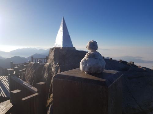 Du khách thích thú đùa nghịch với băng tuyết trên đỉnh Fansipan