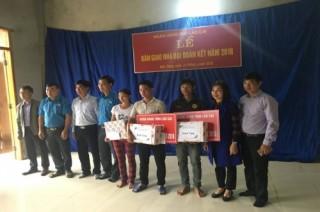 Ngành Ngân hàng Lào Cai trao tặng nhà Đại đoàn kết cho các hộ nghèo