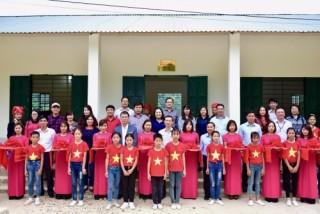 Công đoàn Cơ quan NHNN TW trao tặng kinh phí xây dựng nhà thể chất đa năng xã Nậm Dạng