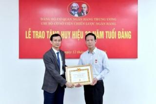 Trao tặng Huy hiệu 30 năm tuổi Đảng cho đảng viên Phan Ngọc Thắng
