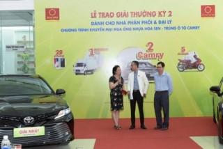 Tập đoàn Hoa Sen trao thưởng cho khách hàng may mắn