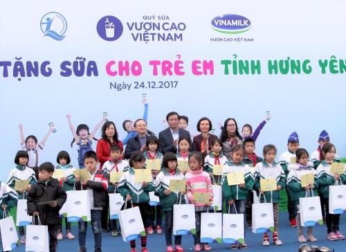 Quỹ sữa Vươn cao Việt Nam tặng 70.500 ly sữa cho trẻ em tỉnh Hưng Yên