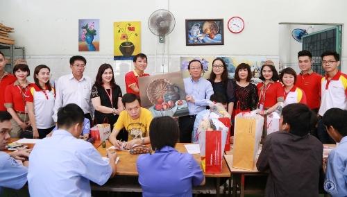 HDBank tặng 600 phần quà cho người khuyết tật