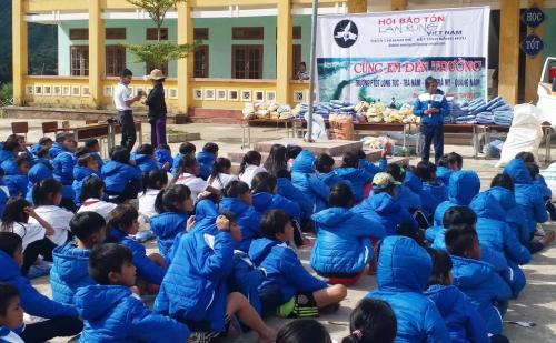 Trao 400 áo ấm cho học sinh vùng cao Trà Nam