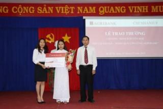 Agribank Chi nhánh 9 trao thưởng cho khách hàng