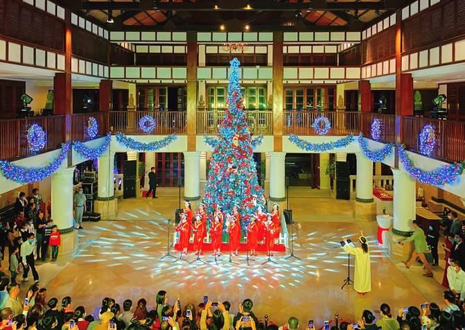 le thap sang cay thong noel 2020 tai furama resort da nang