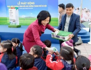 Hà Nội bắt đầu cho học sinh uống sữa học đường