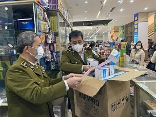 Nhiều cơ sở kinh doanh tại chợ thuốc Hapulico cam kết không tăng giá bán khẩu trang, nước sát khuẩn