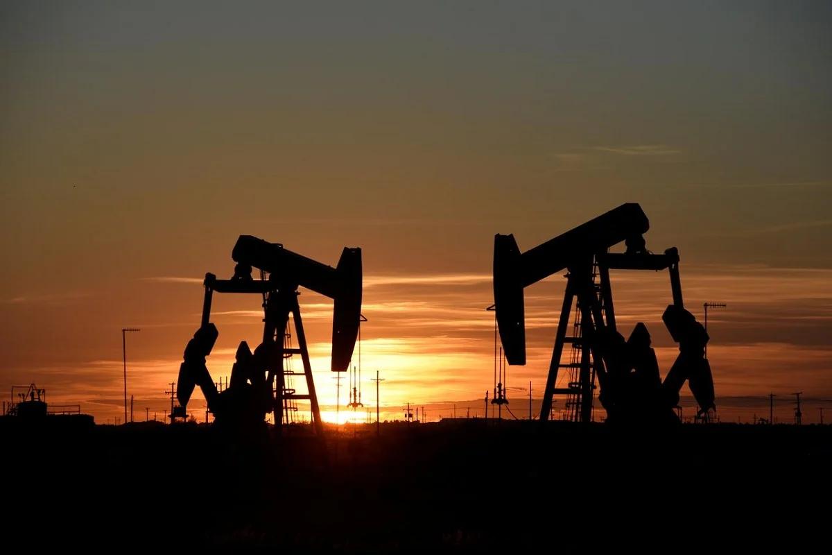 Giá dầu tiếp đà lao dốc