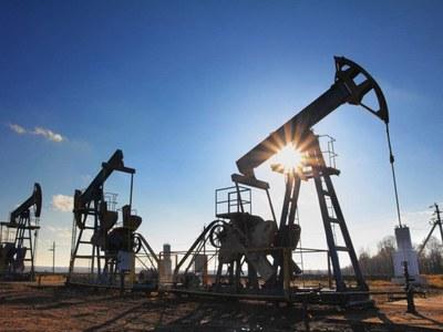 Giá dầu tăng do triển vọng kinh tế sáng hơn, dự trữ nhiên liệu giảm