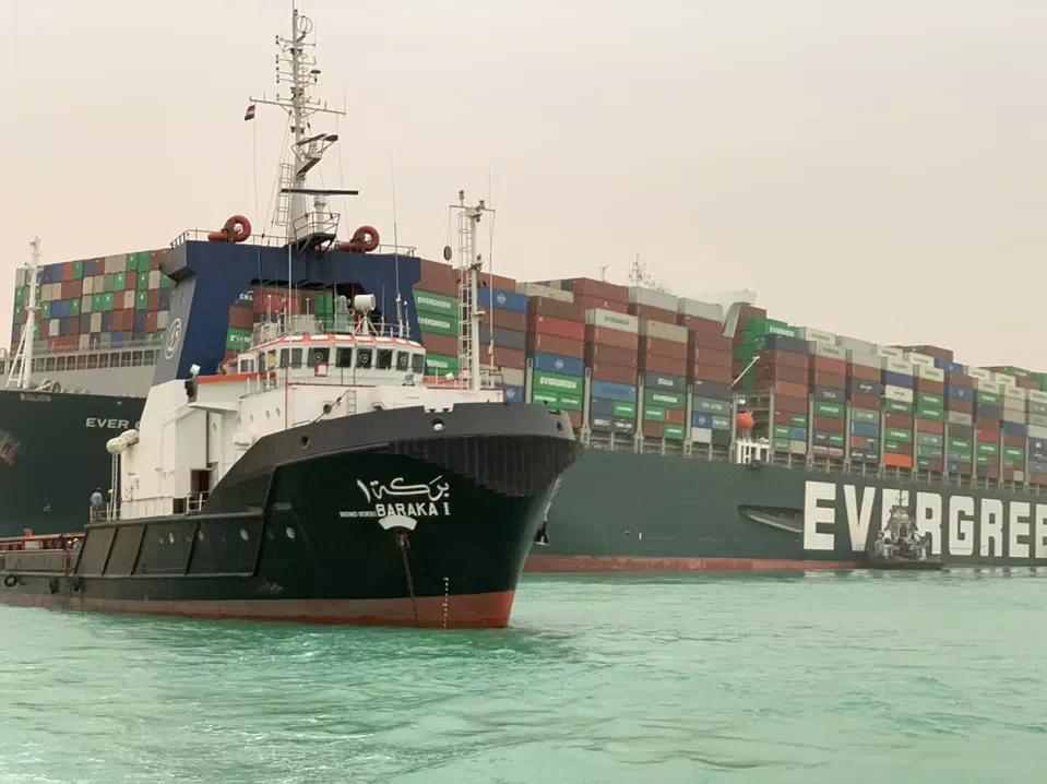 Giá dầu giảm khi tàu container mắc cạn tại Kênh đào Suez chuẩn bị được di dời