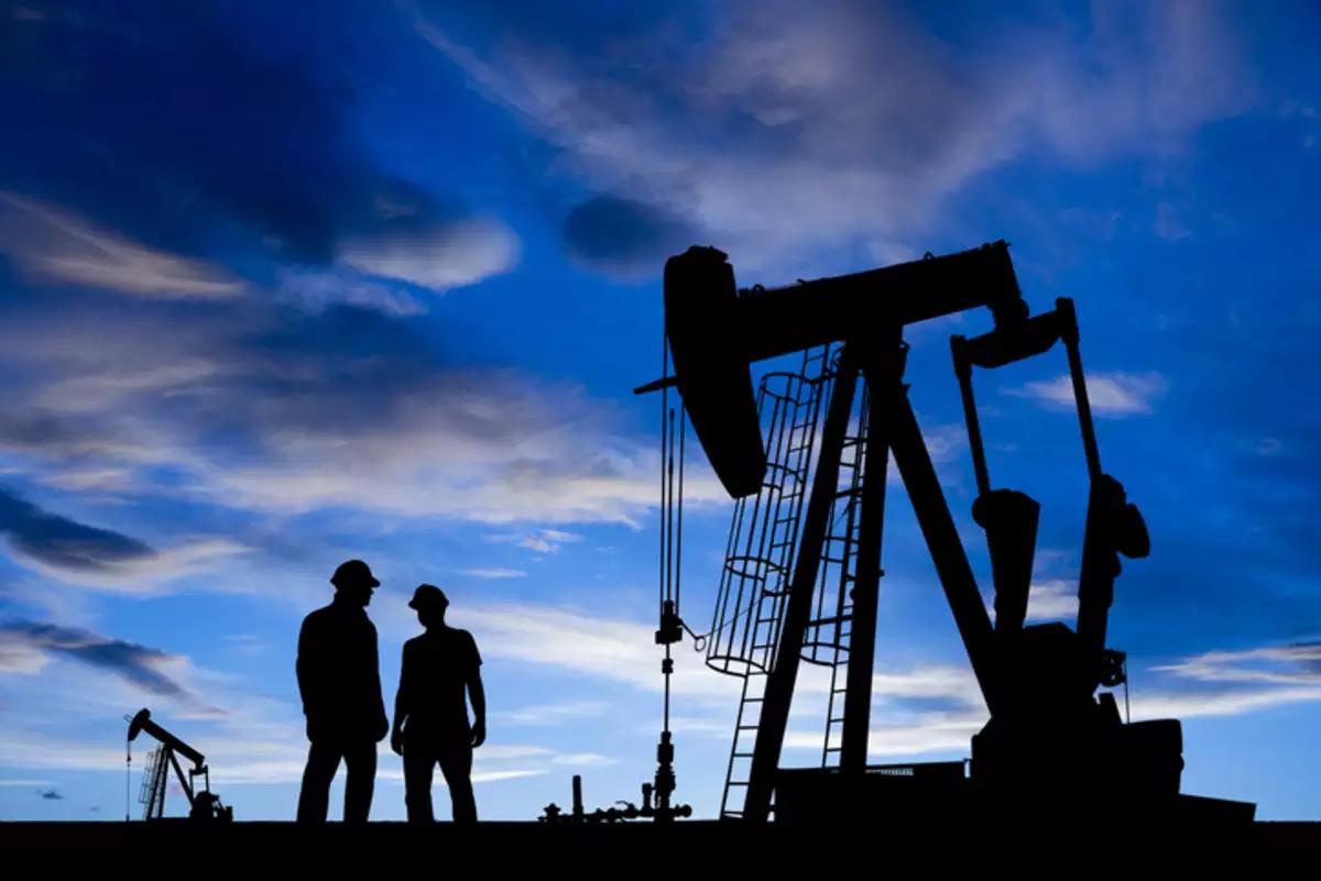 Giá dầu tăng nhờ kỳ vọng OPEC+ sẽ duy trì cắt giảm sản lượng