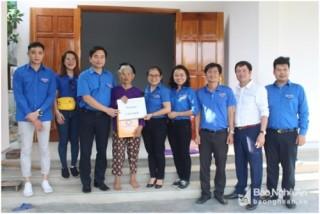 Tặng quà Mẹ Việt Nam Anh hùng và gia đình khó khăn ở Nghi Lộc, Tân Kỳ