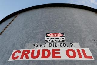Giá dầu tăng do đồng đô la yếu hơn