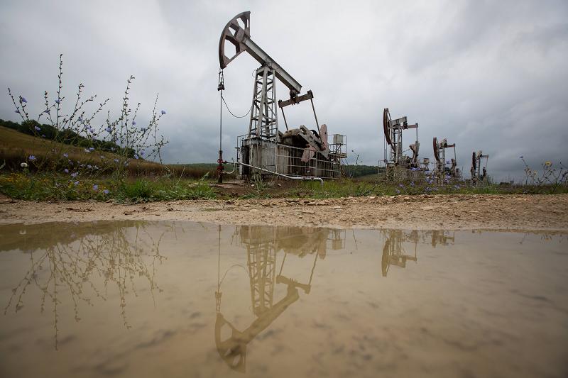 Giá dầu tăng trở lại do đồng đô la yếu hơn