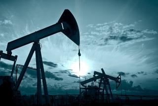 Giá dầu tăng do dự trữ của Mỹ giảm, triển vọng nhu cầu cải thiện