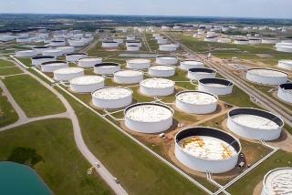 Giá dầu giảm nhẹ sau phiên tăng sốc