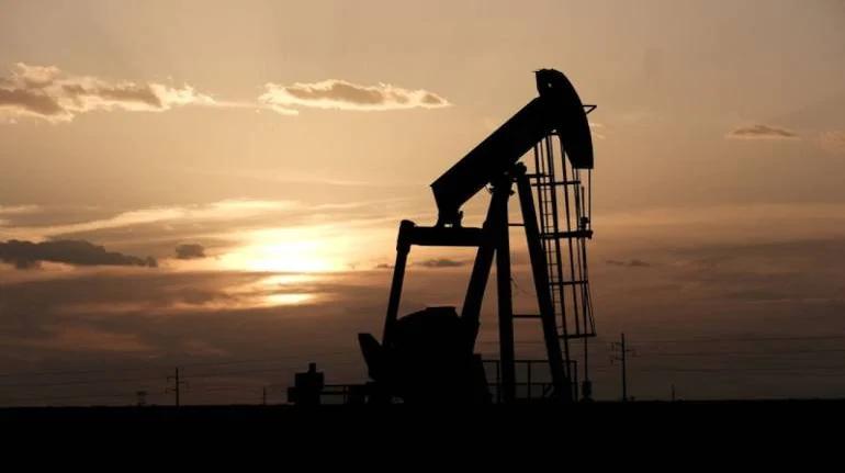 Giá dầu tăng do đồng đô la yếu hơn, dự trữ của Mỹ giảm