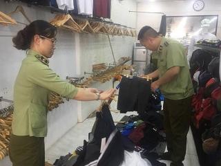 """""""Đột kích"""" phố cổ, thu giữ gần 2400 sản phẩm hàng hiệu nhái"""