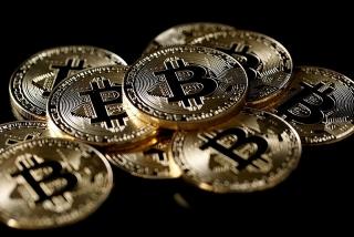 Bitcoin giảm gần 50% so với đỉnh của năm