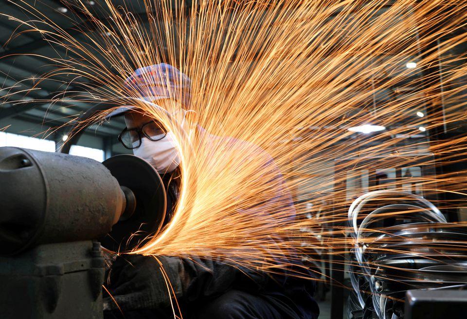 Sản xuất công nghiệp của Trung Quốc chậm lại trong tháng Năm