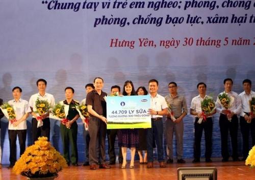 Quỹ Sữa vươn cao Việt Nam và Vinamilk trao tặng 44.709 ly sữa cho trẻ em Hưng Yên